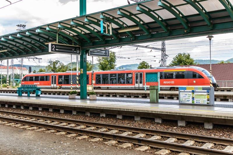 Regio het uitdrukkelijke overgaan door het station in Decin stock afbeeldingen