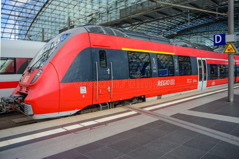 Regio rode trein die Berlin Hauptbahnhof ingaan stock afbeeldingen