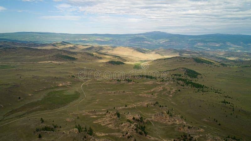 Region Baikal Direkte Straße auf der Steppe von Tazheranskaya in der Nähe der Steinfelsen, genannt das Tal der Stone Spirits Luft lizenzfreie stockfotografie