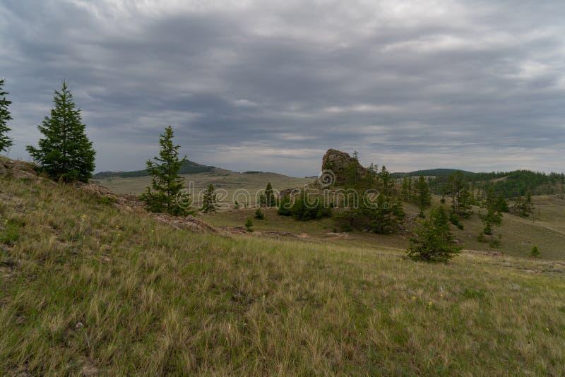 Region Baikal Direkte Straße auf der Steppe von Tazheranskaya in der Nähe der Steinfelsen, genannt das Tal der Stone Spirits stockbild