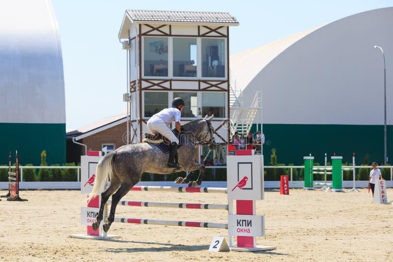REGION TAGANROGS, ROSTOV-ON-DON, AM 6. AUGUST 2017: Wettbewerbe im Reitersport, gewidmet dem Tag der Befreiung des Neklinov lizenzfreies stockfoto