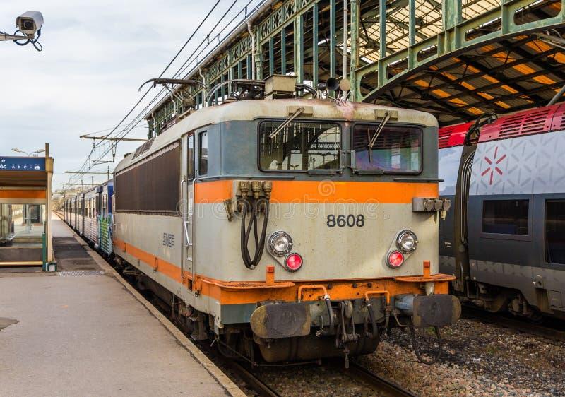 Regionalt drev hauled av den elektriska lokomotivet royaltyfria foton
