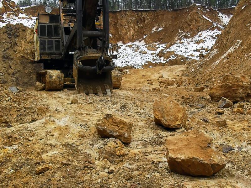 17 03 2012, regione della Russia, Sverdlovsk, miniera della bauxite di Toshim - escavatore della pista del cingolo di Voronež al  fotografia stock