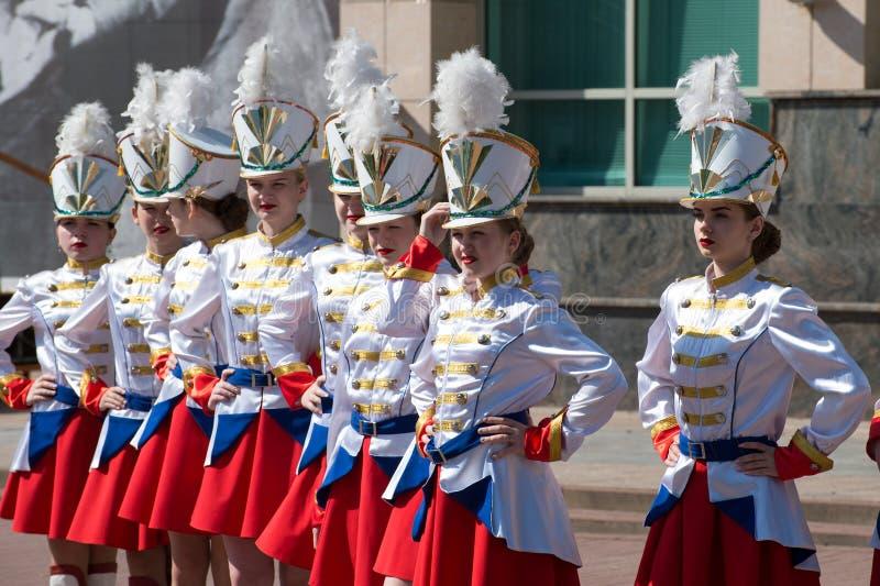 REGIONE di KURSK, ŽELEZNOGORSK, RUSSIA - 9 maggio 2018 Le ragazze partecipano a del reggimento immortale con fotografia stock