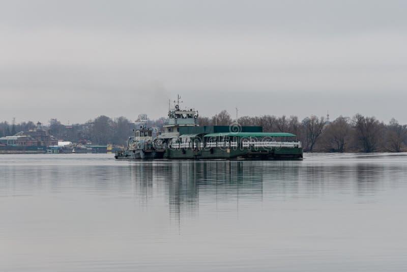 Regione di Tver, fiume Volga Russia - 28 04 2017: nave da carico, nave fluviale P-219, galleggia a destra verso sinistra sul fium fotografia stock libera da diritti