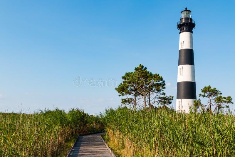 Regione paludosa con il sentiero costiero di legno a Bodie Island Lighthouse fotografie stock libere da diritti