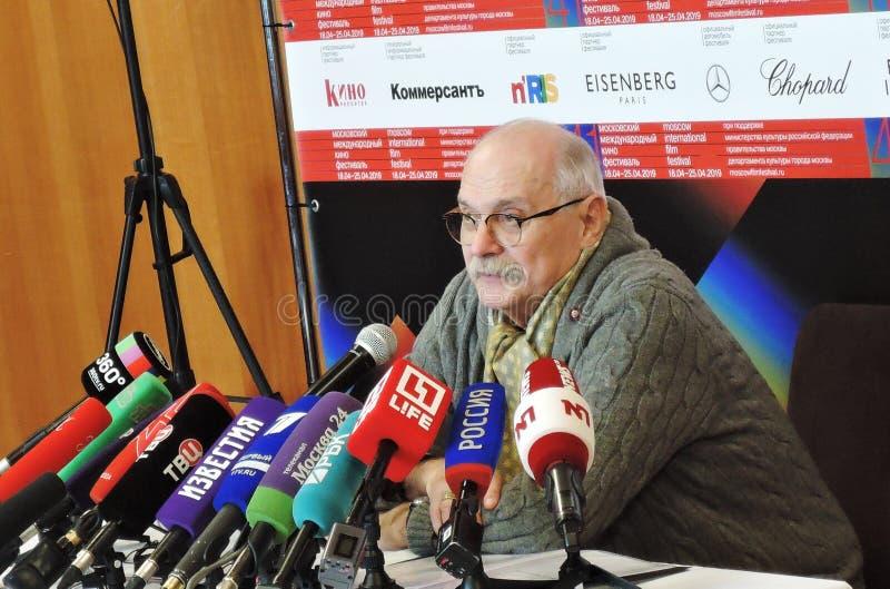 Regisseur Nikita Mikhalkov bij persconferentie royalty-vrije stock afbeelding