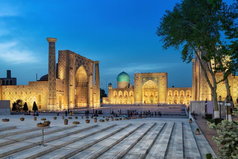 Registan kwadrat przy półmrokiem w Samarkand, Uzbekistan zdjęcia royalty free