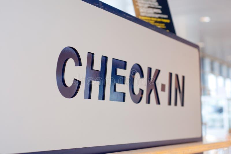 Registe o sinal nas partidas no aeroporto, cl foto de stock