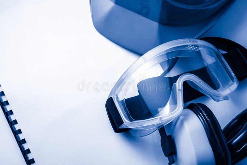 Register met beschermende brillen en helm stock afbeeldingen