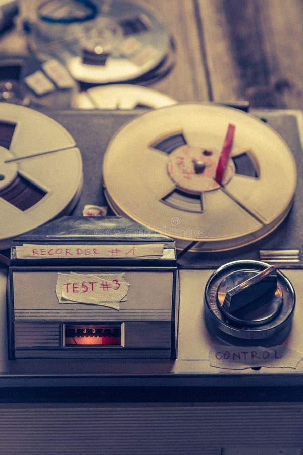 Registrador audio del carrete del vintage con el micrófono y el rollo de la cinta foto de archivo