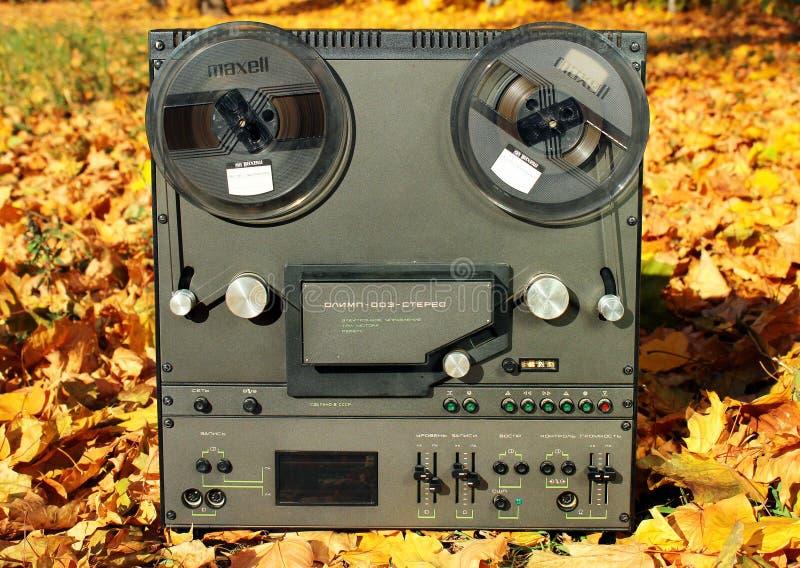 Registrador estereofônico Soviete-feito velho do carretel de fita foto de stock
