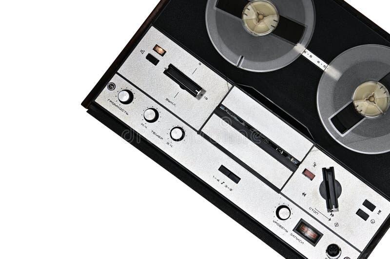 Registratore bobina a bobina d'annata su fondo bianco Retro registratore dall'URSS fotografie stock