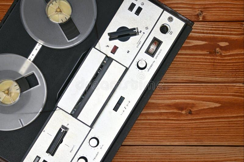 Registratore bobina a bobina d'annata su un fondo di legno Retro registratore dall'URSS immagini stock