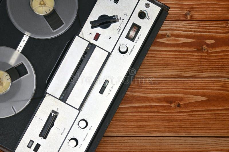 Registratore bobina a bobina d'annata su un fondo di legno Retro registratore dall'URSS fotografia stock libera da diritti