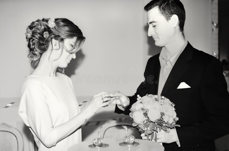 Registrazione di matrimonio in bianco e nero fotografia stock libera da diritti