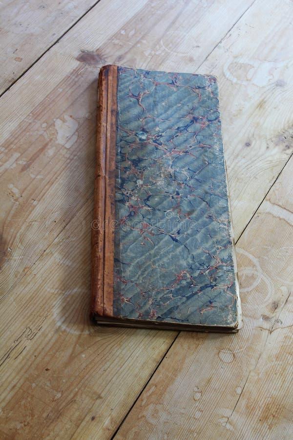 Registre antique avec la couverture de papier marbleized photo stock