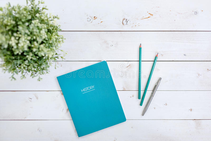 Registre o Livro Branco em livros da educação em uma tabela de madeira Estudo do conceito fotos de stock royalty free
