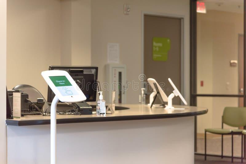Registre a tabuleta do quiosque na recepção do teste de diagnóstico imagem de stock royalty free