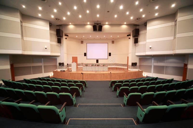 Registro de la escena y del interior de la sala de conferencias fotos de archivo libres de regalías