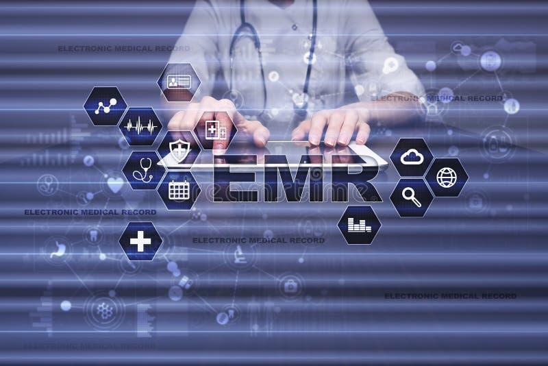 Registro de saúde eletrônico ELA, EMR Conceito da medicina e dos cuidados médicos Médico que trabalha com PC moderno fotos de stock