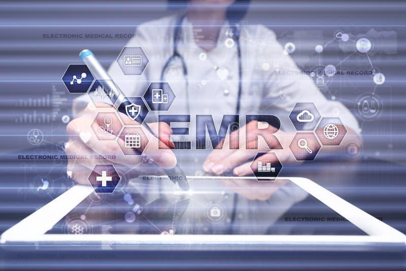 Registro de saúde eletrônico ELA, EMR Conceito da medicina e dos cuidados médicos Médico que trabalha com PC moderno imagens de stock