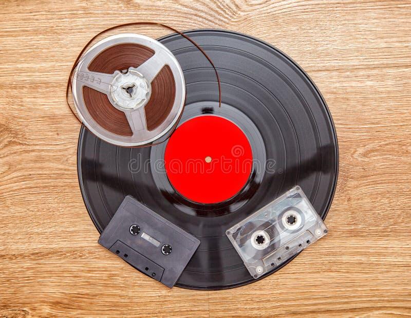 Registro de vinil com cassetes e fita do carretel fotografia de stock