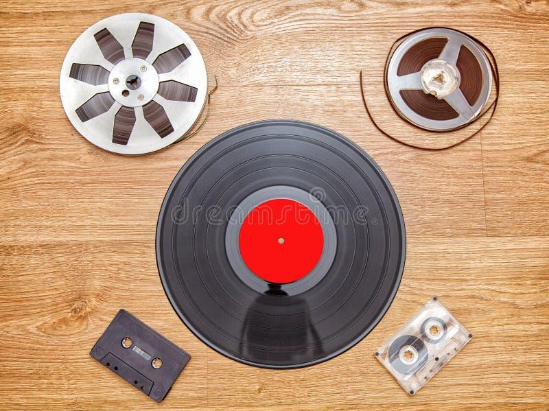 Registro de vinil com cassetes e fita do carretel imagens de stock royalty free
