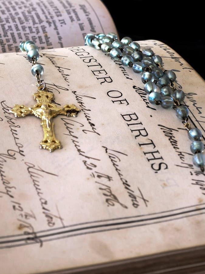 Registro della bibbia in famiglia di nascite immagine stock libera da diritti