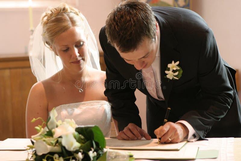Registro di cerimonia nuziale del segno delle coppie fotografie stock
