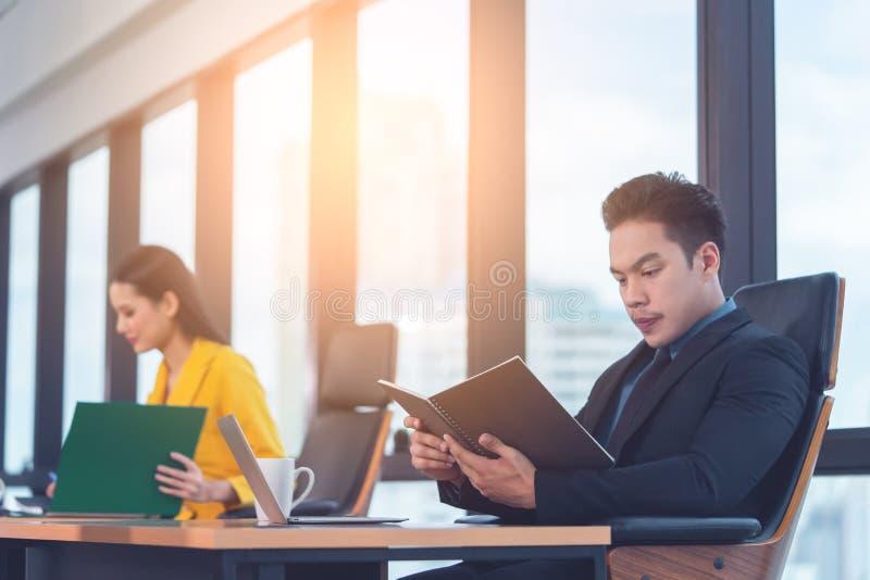 Registro executivo do relatório da leitura do diretor empresarial no escritório da manhã foto de stock