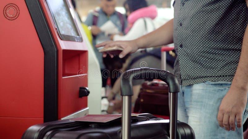 Registro na mesa da autonomia no aeroporto foto de stock
