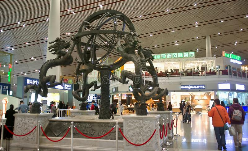 Registro no interior do aeroporto - escultura imagens de stock
