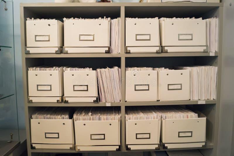Registro ou arquivo de dobradores médicos na clínica dental imagem de stock royalty free