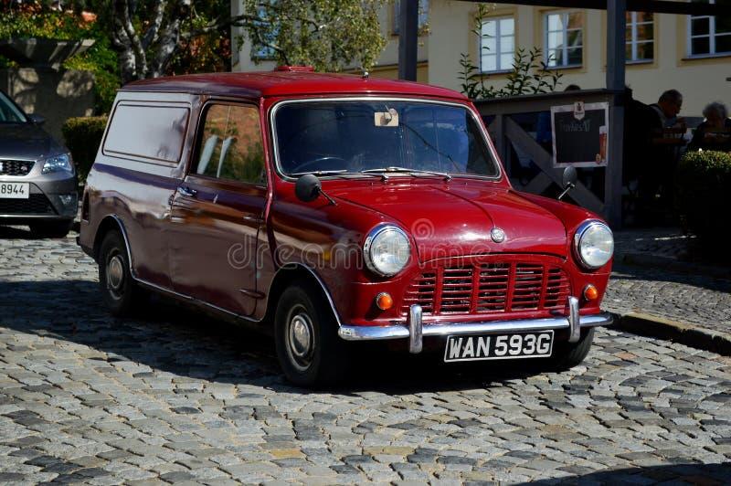 registro rojo 1969 de la furgoneta de Borgoña mini en República Checa de la ciudad de Mikulov foto de archivo libre de regalías