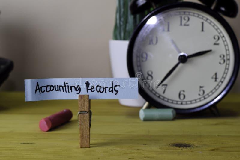 Registros de estad?sticas Escritura en notas pegajosas en clavijas de ropa en el escritorio de oficina de madera imagen de archivo