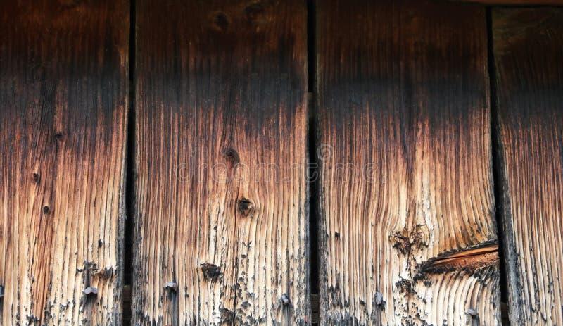 Registros de los cuales para construir un marco Pedazos de registros cerca de la pared de una casa de madera fotografía de archivo