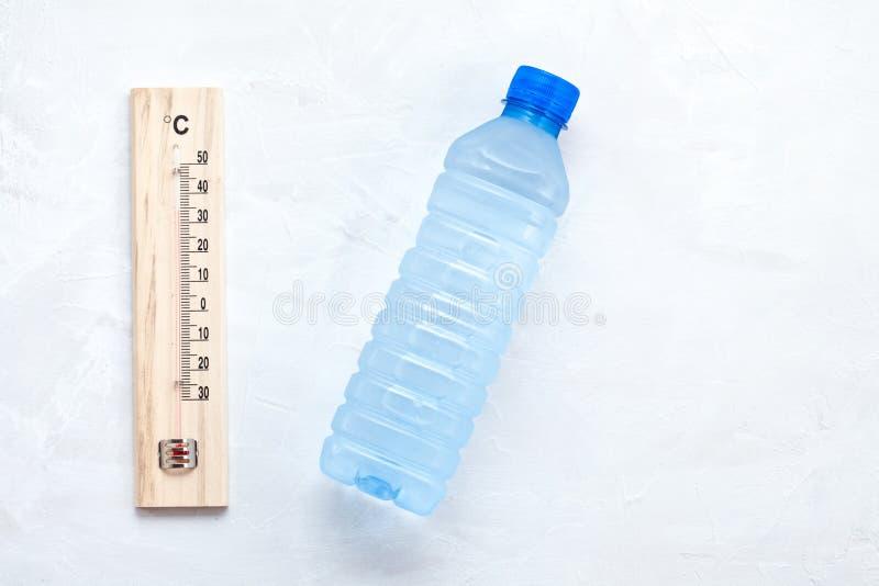 Regla esencial para el calor del verano: para beber mucha agua para evitar la deshidratación Endecha plana foto de archivo libre de regalías