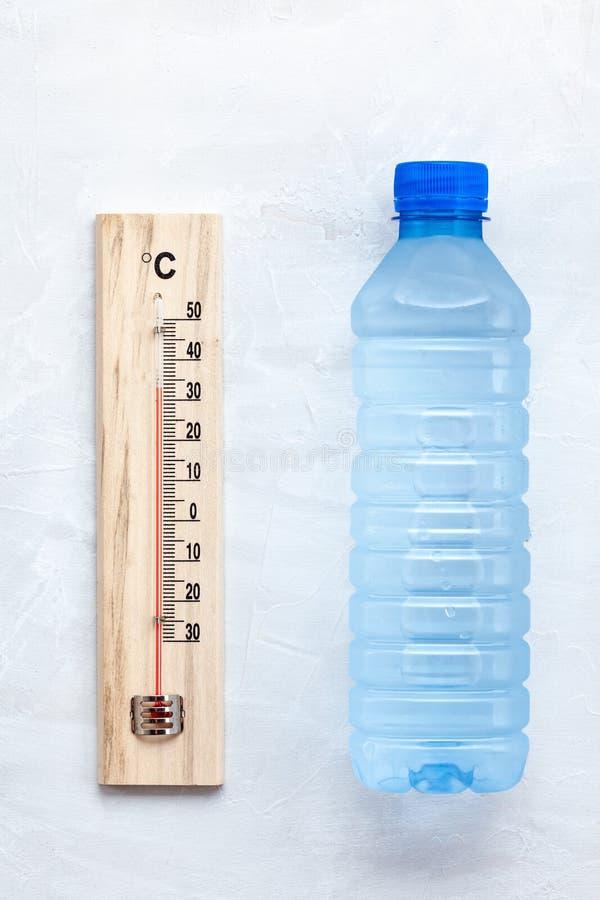 Regla esencial para el calor del verano: para beber mucha agua para evitar la deshidratación Endecha plana imagenes de archivo