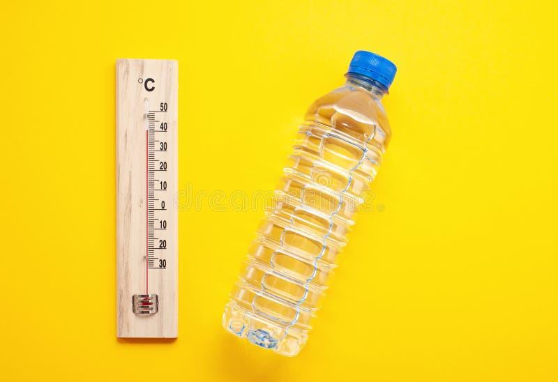 Regla esencial para el calor del verano: para beber mucha agua para evitar la deshidratación Endecha plana foto de archivo