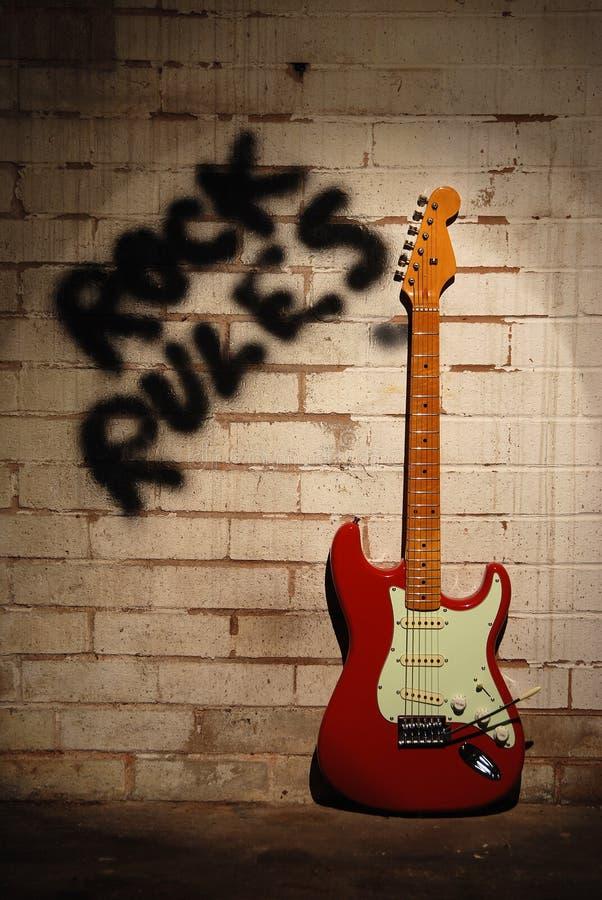 Reglas de la roca con la guitarra roja. imágenes de archivo libres de regalías