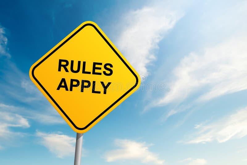 Regler applicerar vägmärket med bakgrund för blå himmel och moln arkivbilder