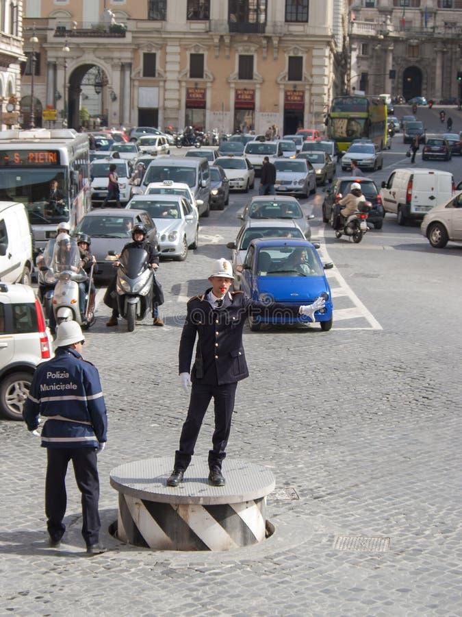 Reglerande trafik för trafikpolis på stadsgator royaltyfria bilder