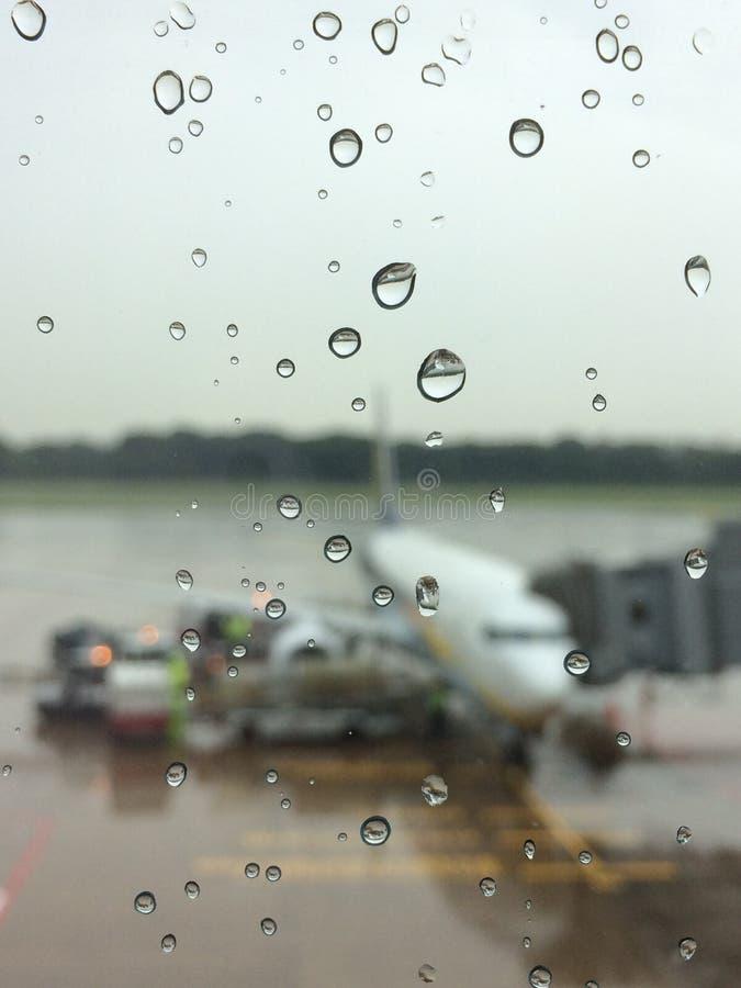 Regn duggar på flygplats royaltyfri foto
