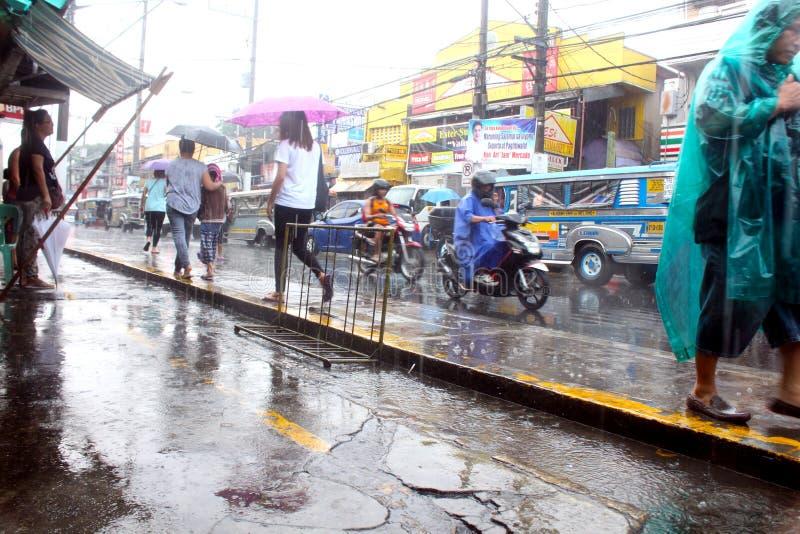 Regn i stadsgatorna arkivbilder