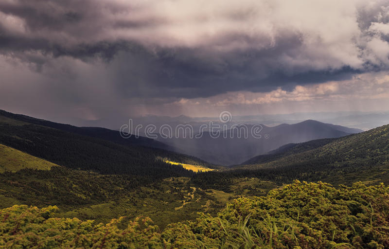 Regn och sol i bergen panorama fotografering för bildbyråer