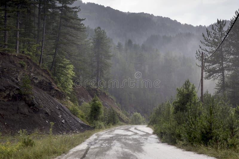 Regn på en bergväg fotografering för bildbyråer