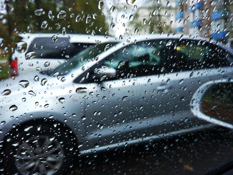 Regn på fönsterbilen arkivbilder