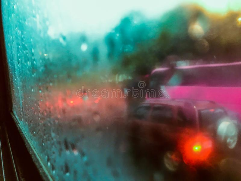Regn på huvudvägen med trafikstockning fotografering för bildbyråer