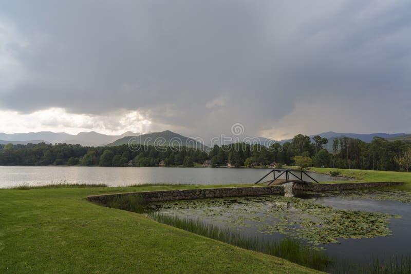 Regn som startas i berget royaltyfri bild